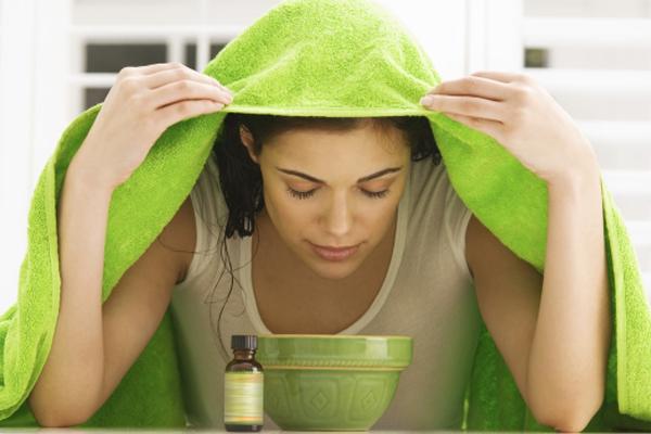 Inhaláláshoz 3-4 csepp illóolajat adj egy csésze forró vízhez.