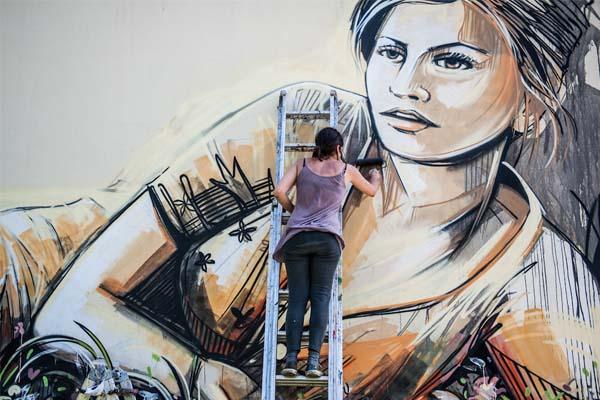 """""""Nők a falon"""" graffiti sorozat"""
