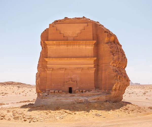 A Madáin Szálih metropolisz faragott szikjasírjai a homoksivatagban.