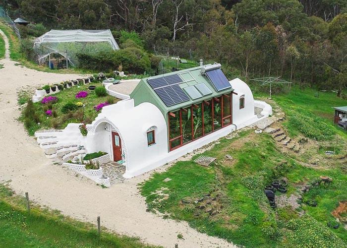 Egyre népszerűbb az Earthship ökoház – 100 %-ban energiafüggetlen