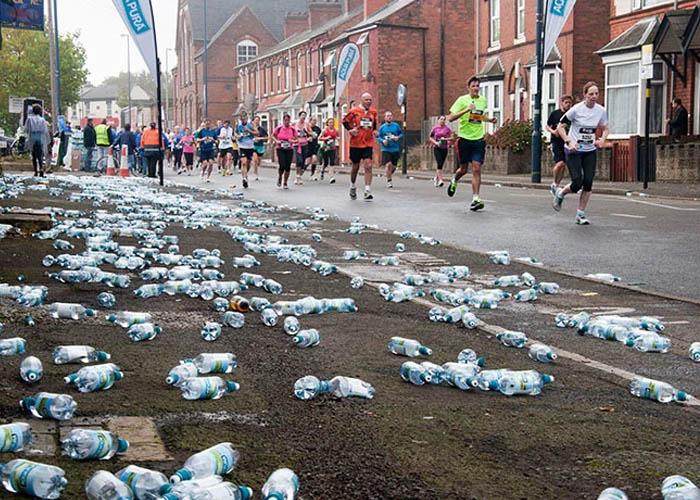 Ehető alga vízgömbökben osztották a vizet a londoni maratonon - PET palack helyett