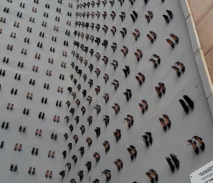 440 női cipő egy törökországi ház falán – figyelemfelhívás a családon belüli erőszak problémájára