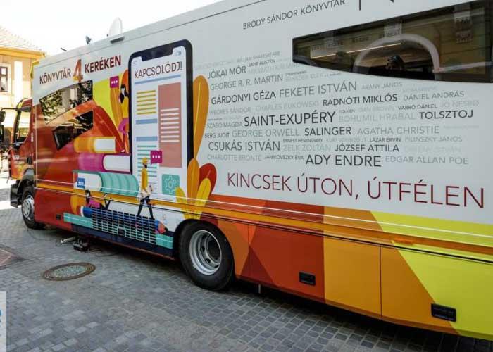 Mobil könyvtárbuszt adtak át Egerben