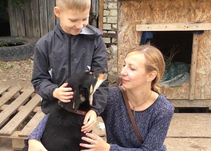 Egy orosz kisfiú menhelyi állatokért fest