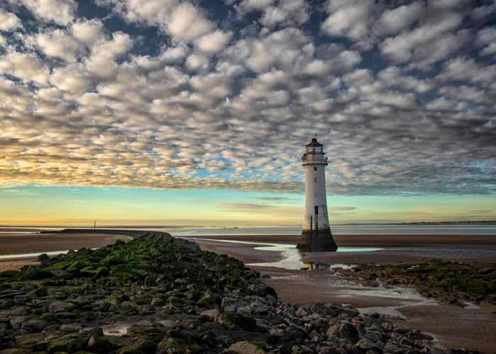 Gyönyörű égbolt egy magányos világítótorony felett