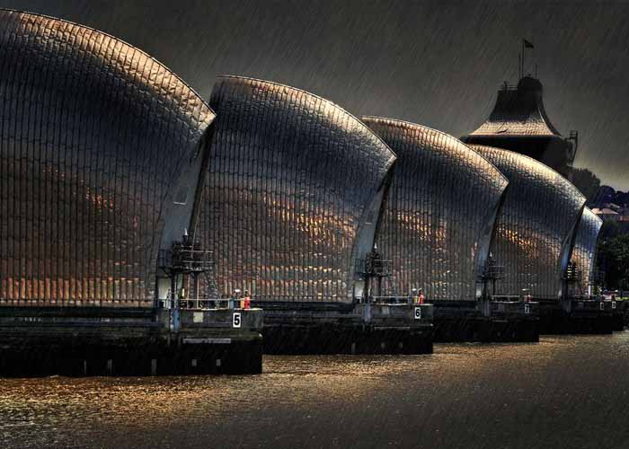 Esővihar Londonban a Temze-gátnál