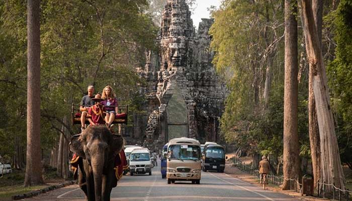 Betiltották Angkorvatban az elefánt turizmust – nem lehet többé elefántok hátán turistákat utaztatni