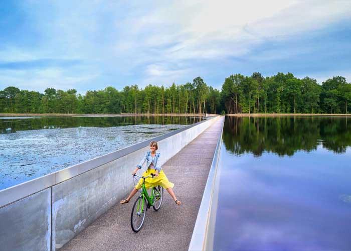 víz alatti kerékpárút egy tó közepén Belgiumban