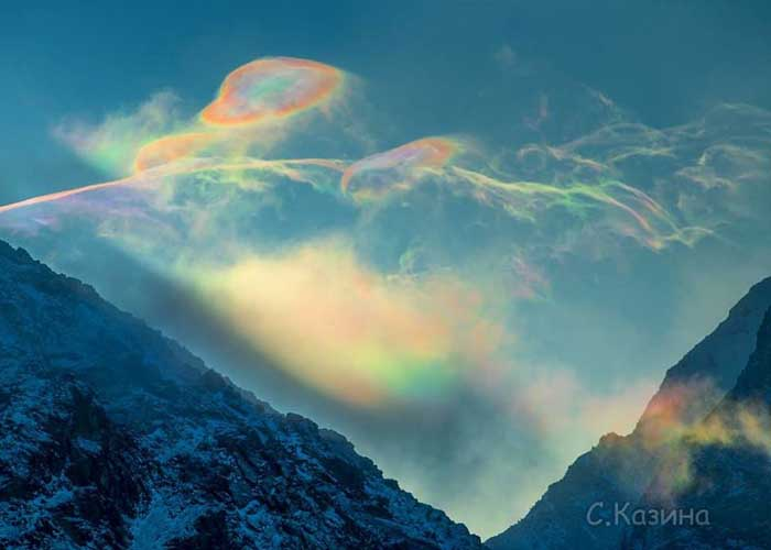 Színes szivárvány felhők a szibériai hegyekben